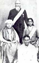Annie Besant (g.), Charles W. Leadbeater (debout), Krishnamurti (d.)
